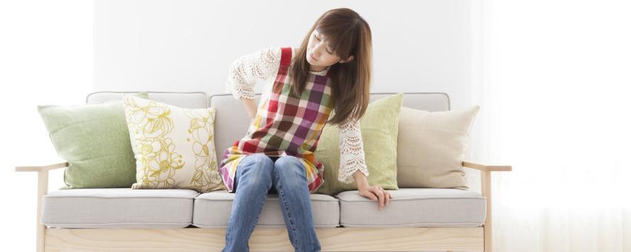 腰が痛む女性